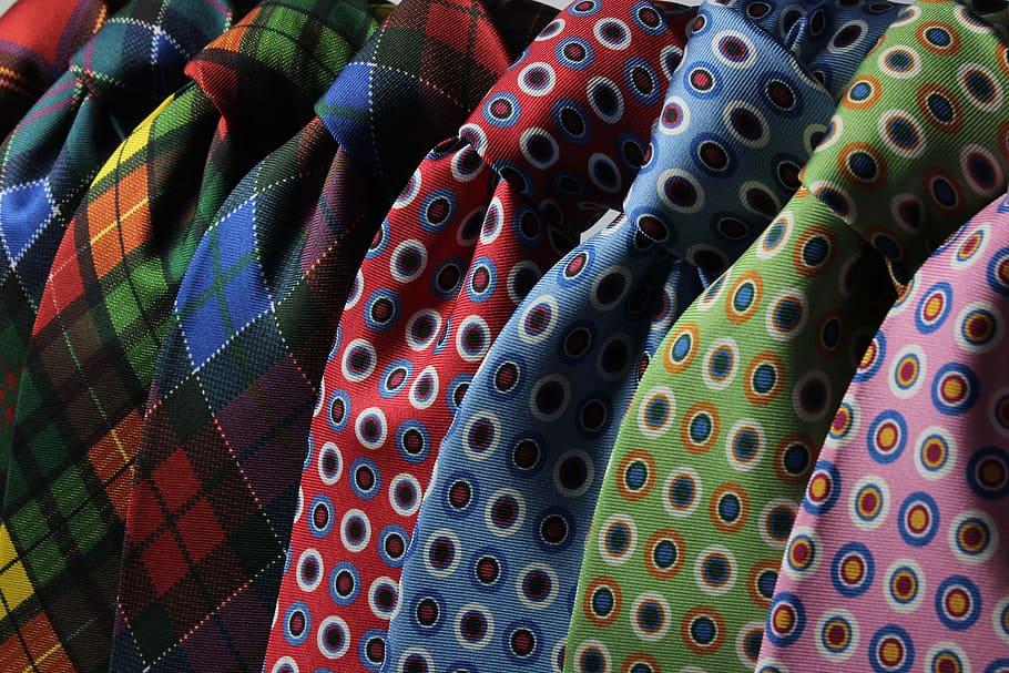 corbata de dibujos corbateros grandes o corbata de medallones tendencia
