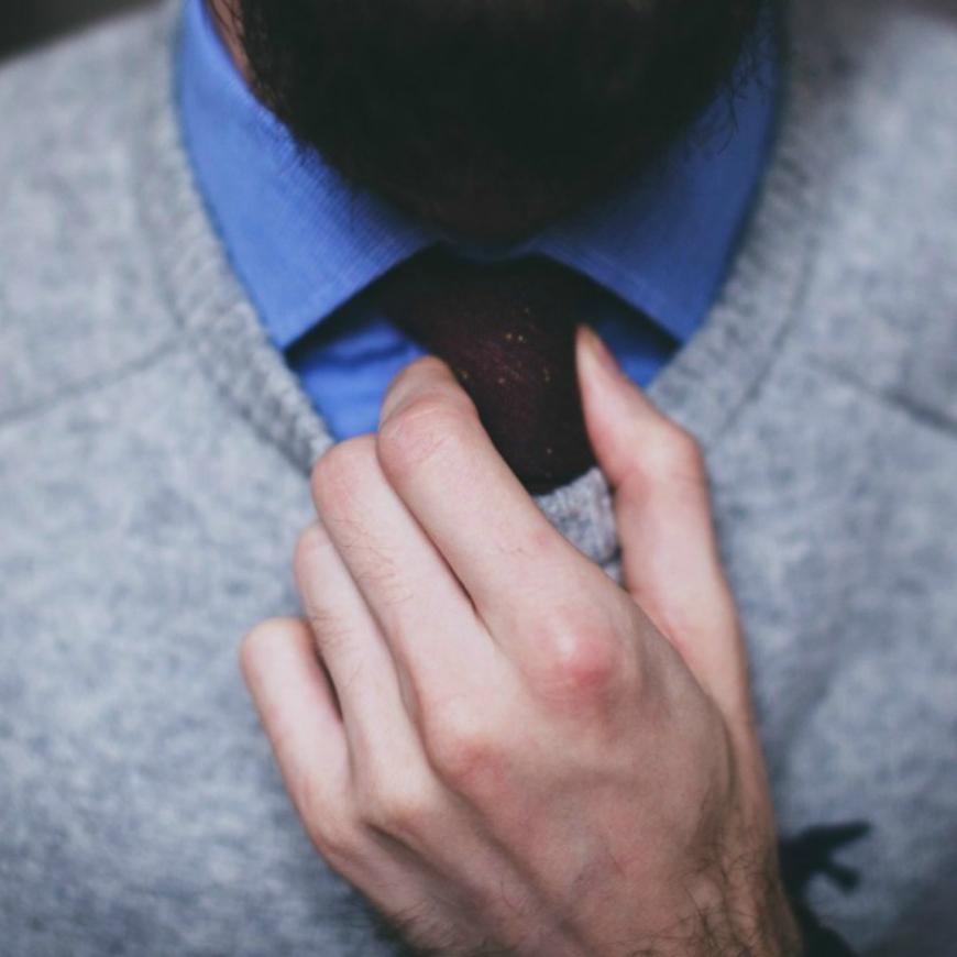 ¿Deben combinar el pañuelo y la corbata?