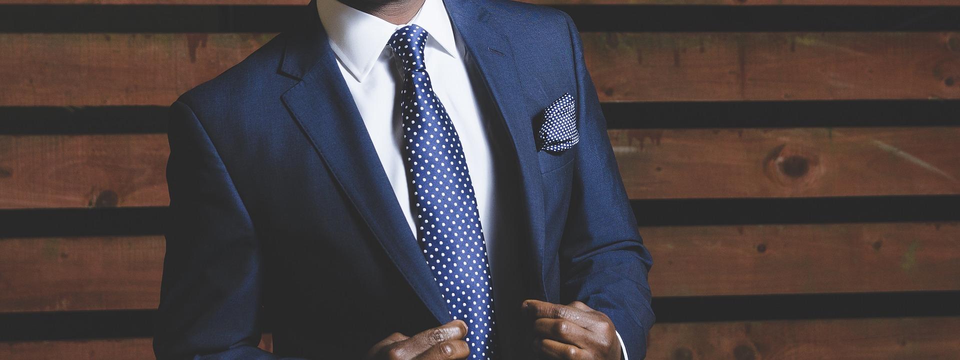 ¿Qué trajes de hombre están de moda?