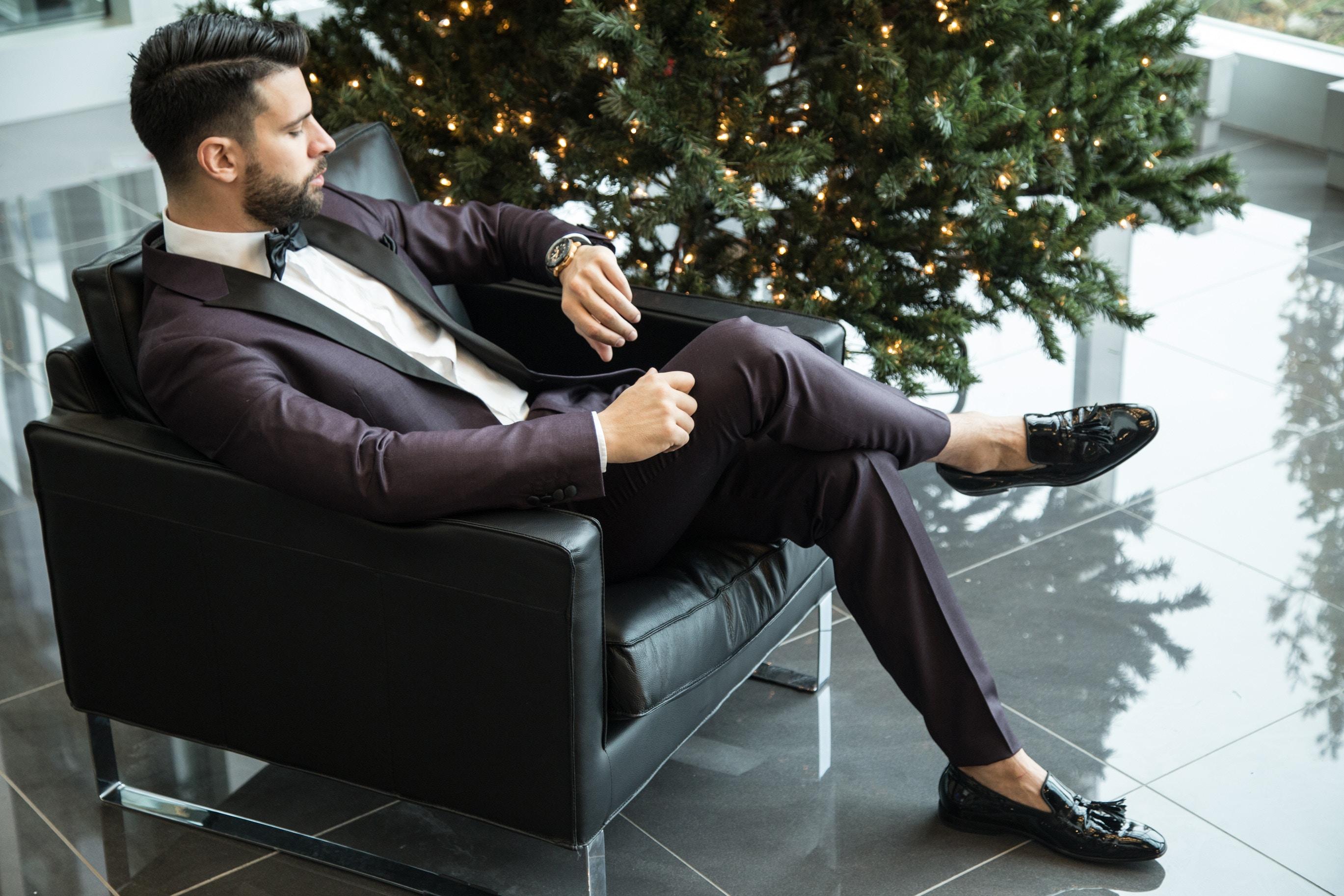 hombre en traje invitado